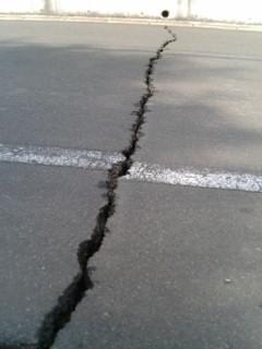 ヒビ割れた道路